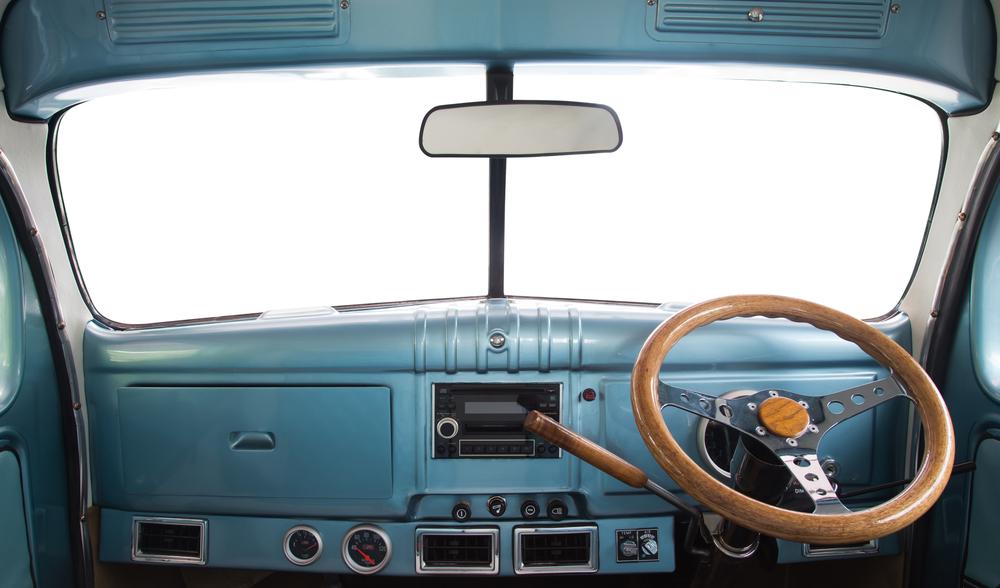 レトロなコンパクトカーの運転席